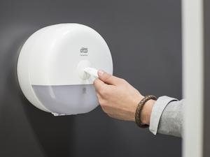 Новое поколение диспенсеров Tork SmartOne для туалетной бумаги |