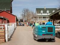 Tennant и волонтеры почистили зоопарк в Минесоте (фотоотчет) |