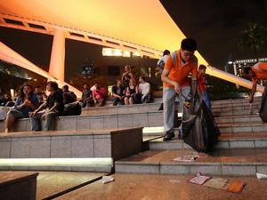 В Сингапуре после празднования нового года убрали 30 тонн мусора |