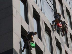 На весну приходится пик запросов на чистку фасадов  